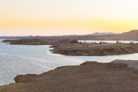 monte sinai: Sharm El Sheikh, Egipto - 28 de febrero de 2014: Puesta de sol en el monte Sinaí, vistas de la bahía y las islas de altura, de color rojo costa del mar de la playa de complejo hotelero de Albatros, Sharm El Sheikh, Egipto