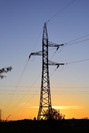 torres el�ctricas: Electricity pylons, power lines against a sky at sunset Foto de archivo
