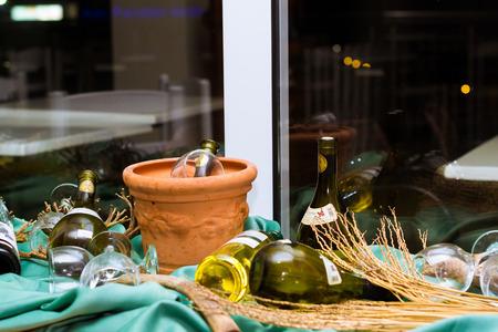 bebidas alcohÓlicas: BALI, GRECIA - 28 de abril, 2016: Surtido de vinos griegos. Composición gastronómica de bebidas alcohólicas en botellas, rodeado de copas de cristal.