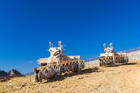 Konstruktive Element der Seilbahn - Berg Zipline, auf Hintergrund des Kaukasus. Infrastruktur der Aussichtsplattform Tops 2320 m, Krasnaja Poljana, alpine Skigebiet, Sochi, Russland