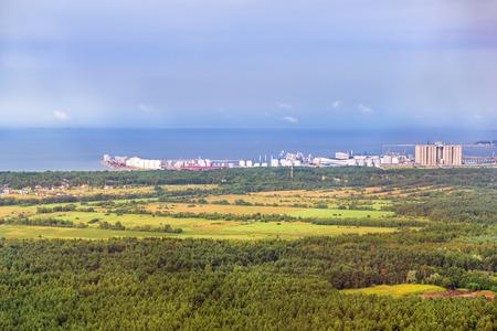 탈린의 높이에서 볼 산업용화물 포트 Muarga에 TV 타워입니다. 터미널, 국경 통과, 멀티 톤 항구 크레인, 주요 항구의 기반 시설. 핀란드어 걸프의 표면 안
