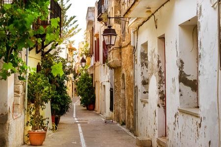 Rethymno Griekenland Kreta. Loop rond het oude vakantieoord Rethymno in Griekenland. Architectuur en mediterrane attracties op het eiland Kreta. Smalle toeristische straat in de toeristische routes
