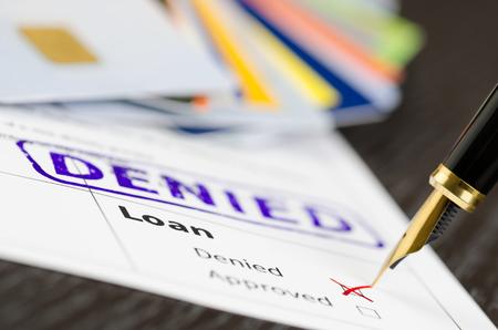 Leningformulier close-up, vulpen en geweigerd gestempeld op een document. Stockfoto