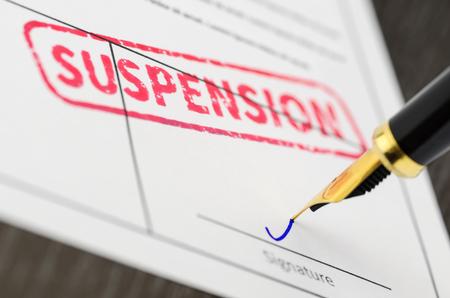 Forme close, stylo plume et suspension estampillés sur un document. Banque d'images - 79167168