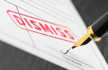 Verzegelen ontslagen gestempeld op een document en vulpen. Macro-opname.