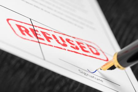 Sceau refusé estampé sur un document et stylo plume. Coup de macro.