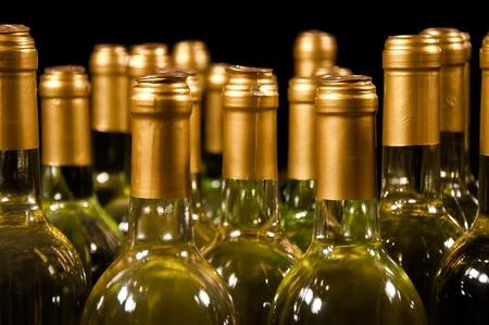 Close-up van flessen witte wijn Stockfoto