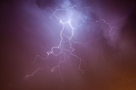 rayo electrico: Aligeramiento dram�tico brillante se extend�a por el cielo nocturno de un resplandor naranja ciudades ambiente de luces d�ndole colores �nicos Foto de archivo