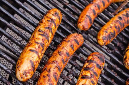 chorizos asados: Salchicha cubierto de salsa en la parrilla