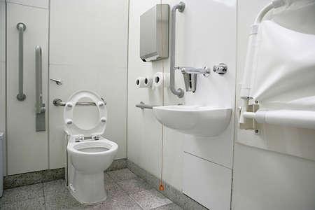 publico: Vista del interior de un ba�o para discapacitados en lugares p�blicos