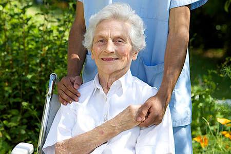 giver: S�mbolo de la comodidad y el apoyo del cuidador de la mujer sonriente al aire libre ancianos