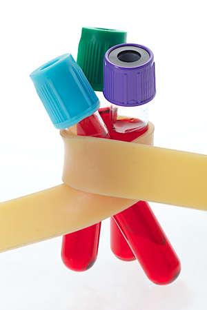 red tube: Tubos Tubos de extracción de sangre enclave en la banda de látex Foto de archivo