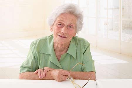 damas antiguas: Una mayor explotación gafas retrato de la mujer. Foto de archivo