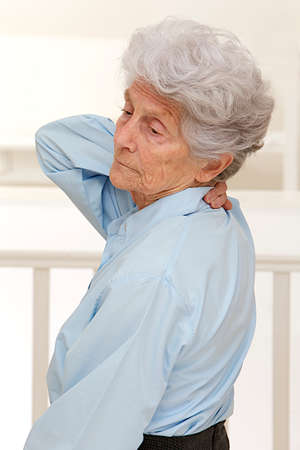 Senior vrouw die lijden aan nek of pijn in de schouder