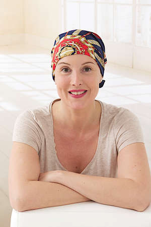 がん治療後のスカーフを持つ女性 写真素材