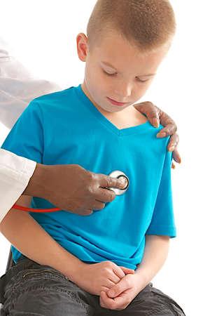 garcon africain: médecin contrôleur fille avec stéthoscope -listen de battement de coeur