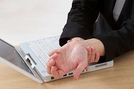 tunel: de cerca la imagen de la mujer con artritis masajear las manos en el dolor en la oficina