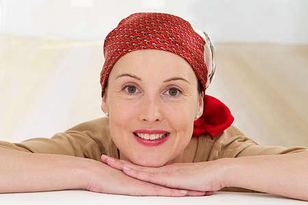 Portret van een mooie vrouw van middelbare leeftijd herstellende na chemotherapie - richten op haar lachende ontspannen houding Stockfoto