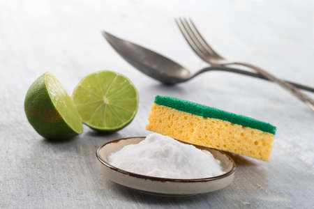 cleaning products: Productos de limpieza orgánicos. El vinagre blanco, limón y bicarbonato de sodio.