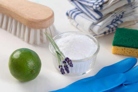 Eco-vriendelijke natuurlijke schoonmaakmiddelen Vinegar, bakpoeder, zout, citroen en doek Homemade groene schoonmaken Stockfoto