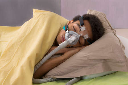 apnoe: Mann mit Schlaf Apnea unter Verwendung einer CPAP-Maschine Lizenzfreie Bilder