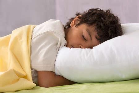 enfant qui dort: Jeune garçon de dormir