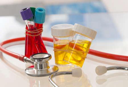 probeta: cuidado de la salud y la medicina symbole - Estetoscopio, Muestra de orina y prueba de sangre Foto de archivo