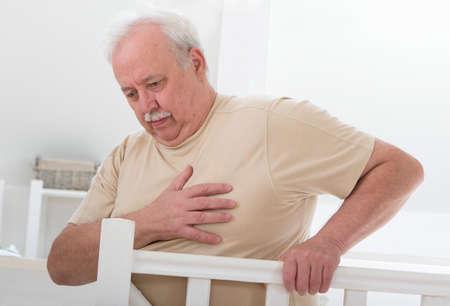 hombre preocupado: oerweight hombre mayor 'mano agarrando el pecho