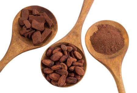 cacaoboon en cacaopoeder in houten lepel