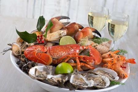 mariscos: plato de mariscos con un vaso de vino blanco Foto de archivo