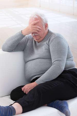 Bezorgd overgewicht senior man Stockfoto