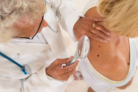 dermatoloog focus op senior vrouw schoonheid plek