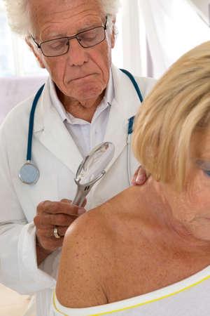 attenzione dermatologo su alti donna macchia di bellezza