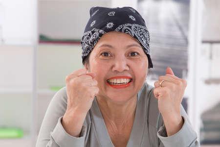 Senior Aziatische vrouw die Thaise headscarff Herstellen van kanker