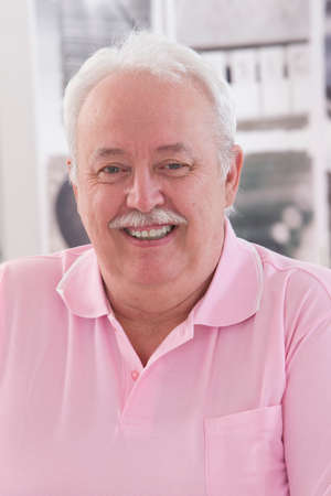 Vertrouwen senior overwogen grijze man Stockfoto