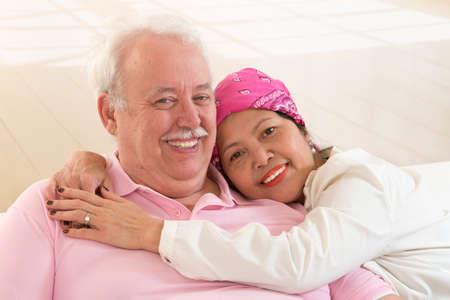 calvo: pareja bes�ndose y abraz�ndose en la felicidad alegre que muestra el amor Foto de archivo