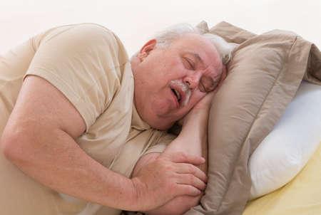 dormir: Cierre de dormir mayor de hombre y ronquido en la cama