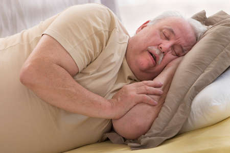 durmiendo: Cierre de dormir mayor de hombre y ronquido en la cama