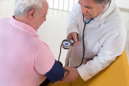 Doctor que controla la presión arterial de su paciente gordo