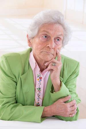sad old woman: Retrato Mujer mayor triste Foto de archivo