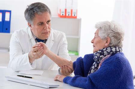 Arts die oudere vrouwelijke patiënt Stockfoto