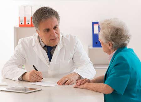 recetas medicas: médico explicar el diagnóstico a su paciente Foto de archivo