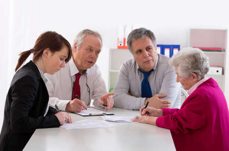 inheritance counselor meeting with Senior woman about her Last Will Stockfoto