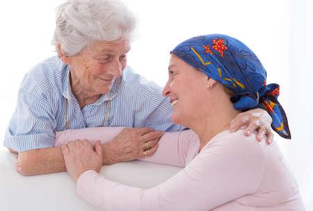 支援を母を愛する彼女の癌治療を通じて娘