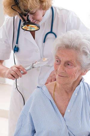 Dermatologia consultazione, anziano, donna