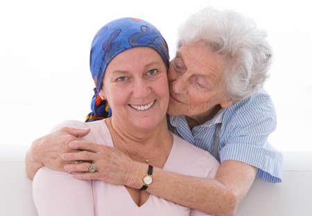 Liefhebbende moeder het ondersteunen van haar dochter door haar behandeling van kanker Stockfoto