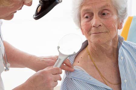 Consultation dermatologie femme senior Banque d'images