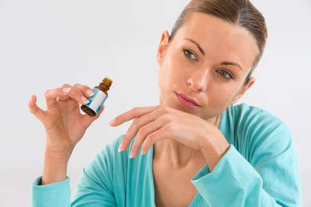 schoonheid en cosmetica concept - mooie vrouw ruiken pefrume op haar hand