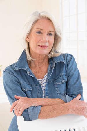 personas saludables: Retrato atractivo de la mujer mayor en el fondo brillante con el pelo blanco