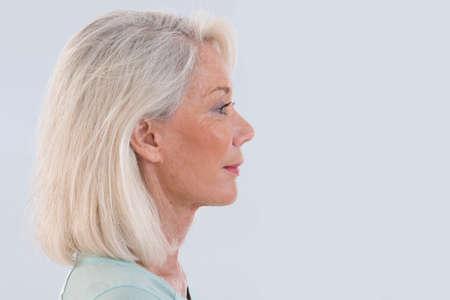 visage femme profil: Portrait de belle femme senior